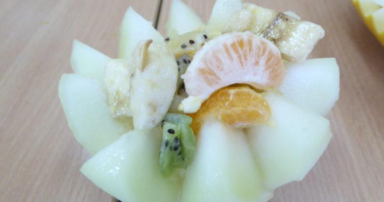 Zimowa sałatka owocowa w miseczce z melona